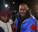 R. Kelly turns himself in to Chicago police, image: Chris Sweda/AP