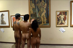 Naked viewers examining works at el desnudo, manifiesto y libertad exhibition, image: Central European News